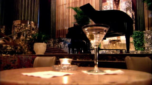 vidéos et rushes de cu, zi, cocktails on restaurant table, man playing piano in background, cincinnati, usa - bar