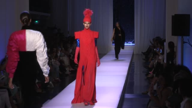 vidéos et rushes de coco rocha, noemie lenoir, miss universe iris mittenaere and their fellow models on the runway for the jean paul gaultier couture fall winter 2017... - fashion show