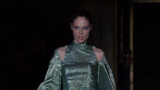 coco rocha walks the runway at christian siriano - september 2019 nyfw at nyc gotham hall on september 07, 2019 in new york city. - new york fashion week stock videos & royalty-free footage