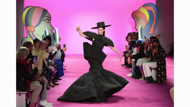 coco rocha walks the runway for christian siriano during new york fashion week: the shows at gallery i at spring studios on february 06, 2020 in new... - ニューヨークファッションウィーク点の映像素材/bロール