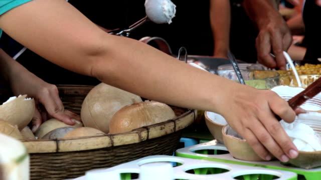 ココナッツアイスクリームます。 - サンデー点の映像素材/bロール