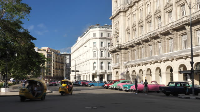 stockvideo's en b-roll-footage met cocotaxi havana - communisme