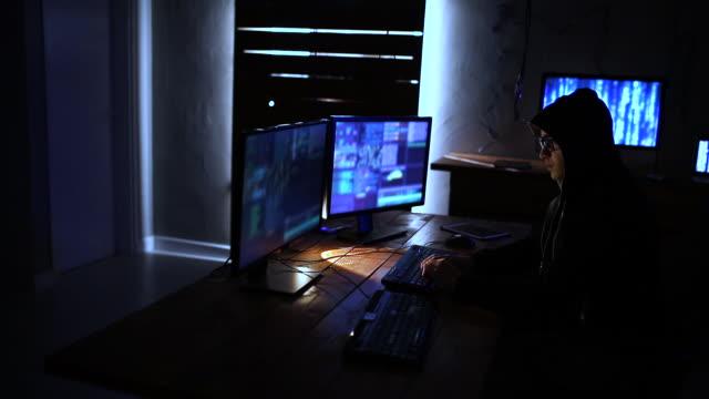 vidéos et rushes de coder travaillant tard dans la nuit - desktop pc