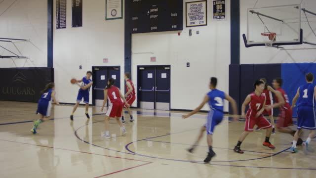 Co-ed High School Basketball-Spieler konkurrieren in einem Spiel