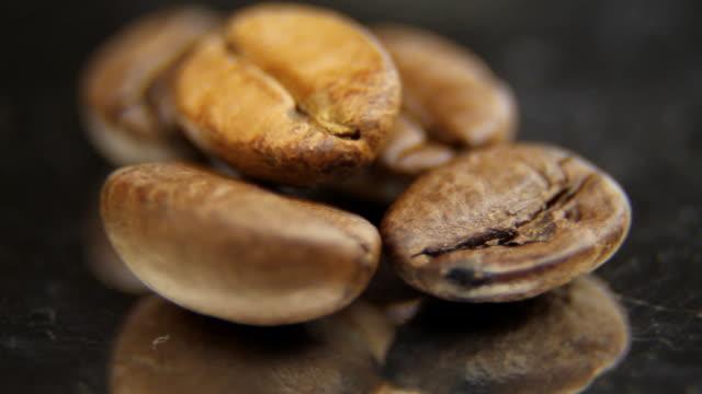 coffe beans macro - loopable - bordsyteinspelning bildbanksvideor och videomaterial från bakom kulisserna