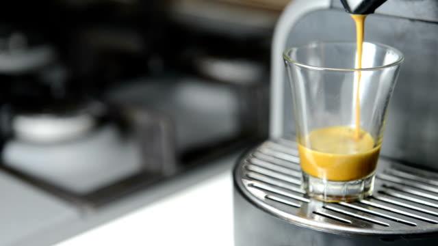 vídeos y material grabado en eventos de stock de máquina de café en la cocina - alojamiento y desayuno