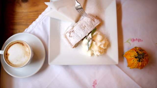 coffee and apple pie with vanilla ice cream in prague - cibi surgelati video stock e b–roll