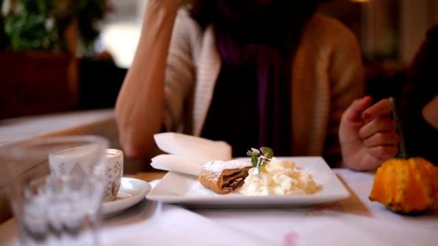 vídeos y material grabado en eventos de stock de café y tarta de manzana con helado de vainilla en praga - república checa