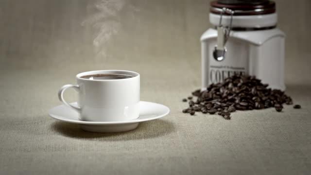 コーヒー豆 - 荒い麻布点の映像素材/bロール