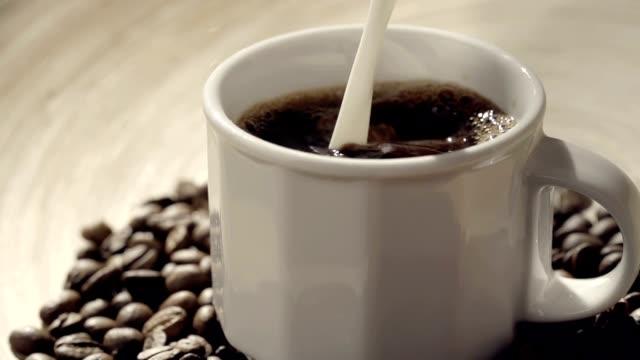 コーヒー&クリーム - 混ぜる点の映像素材/bロール