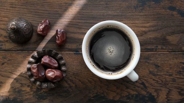 vidéos et rushes de coffee and dried date fruit - thé noir