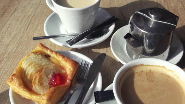 coffee and pastry - prima colazione video stock e b–roll