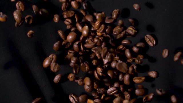 vídeos de stock e filmes b-roll de coffee beans bouncing in slow motion - flutuar no ar