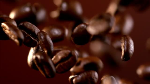 Kaffeebohnen, die herunterfallen