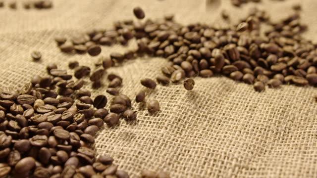スローモーション 4 k で落ちるコーヒー豆 - 麻袋点の映像素材/bロール