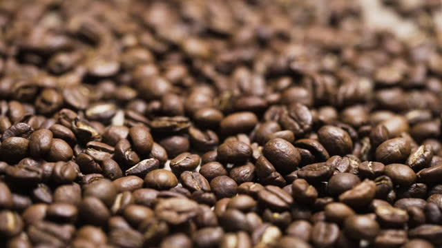 vídeos de stock, filmes e b-roll de coffee beans filling full - molécula de cafeína