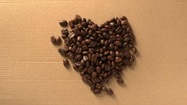 stockvideo's en b-roll-footage met koffiebonen die een hartvorm vormen. stop met bewegen. - boon