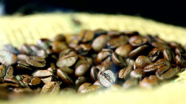 麻の背景の上にコーヒー豆 - 荒い麻布点の映像素材/bロール