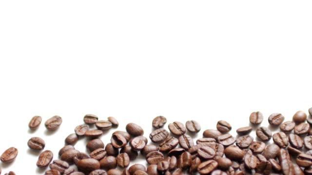 Kaffee Bohnen auf weißen Tabellenhintergrund mit Leerraum, dolly Schuss von links nach rechts