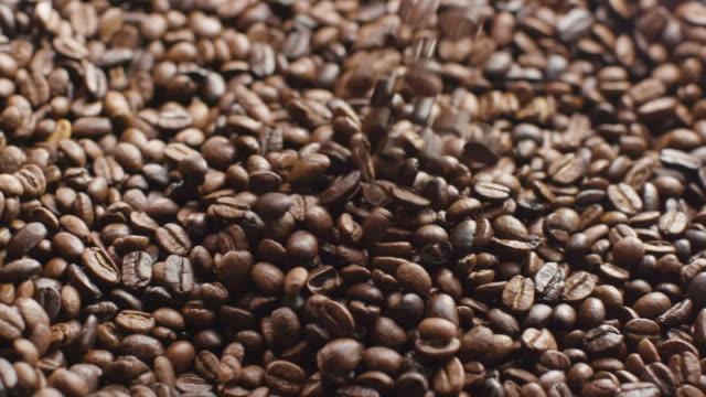 coffee beans pouring 1080p - カフェイン分子点の映像素材/bロール