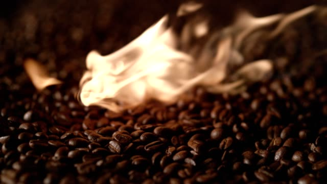 Kaffe bönor rostning på öppen eld