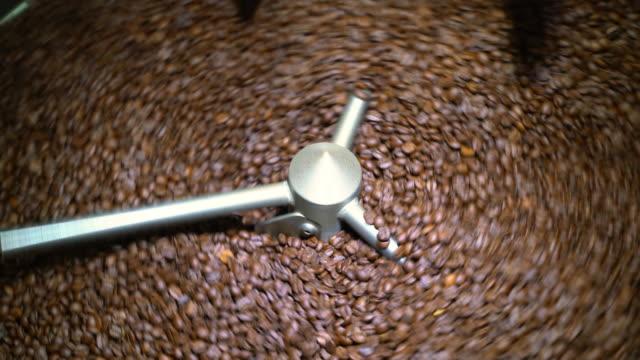 Spinnen in een koeling trommel koffiebonen