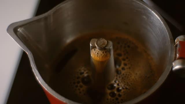 コーヒー沸騰 fom イタリアン珈琲メーカーモカポット - モカ点の映像素材/bロール