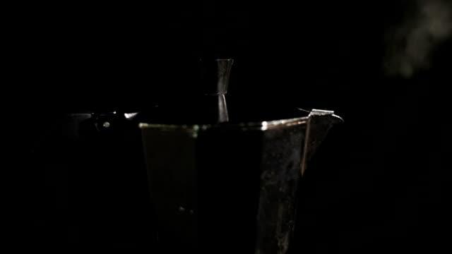 fom italienischen kaffee maker moka topf kocht kaffee - ausgusstülle stock-videos und b-roll-filmmaterial