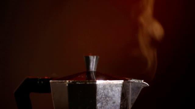 Fom italienischen Kaffee Maker Moka Topf kocht Kaffee