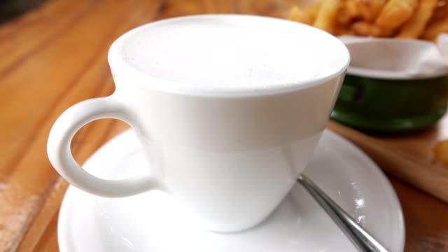 vidéos et rushes de 4k: pause café - touche de couleur