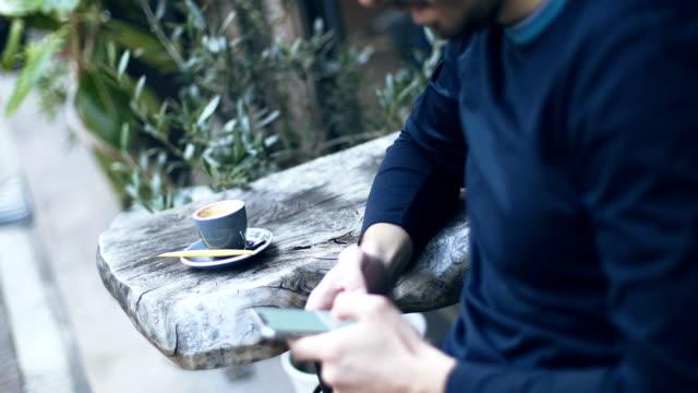 vidéos et rushes de pause-café - un seul jeune homme