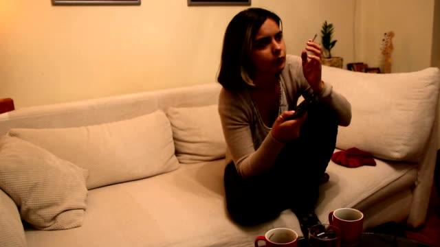 stockvideo's en b-roll-footage met koffiepause met televisie en sigaret - rookkwestie