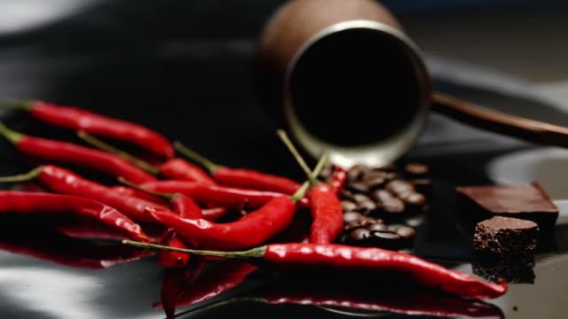 コーヒー、チョコ、唐辛子 - 赤唐辛子点の映像素材/bロール
