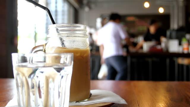 op tafel en mensen lopen voor koude koffie kopen koffie café