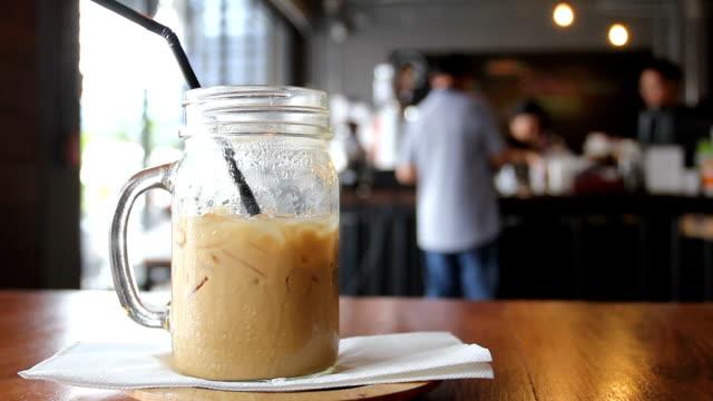 op tafel en mensen lopen voor koude koffie kopen coffeecafe