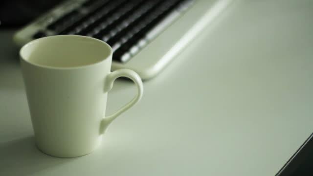 vídeos de stock, filmes e b-roll de close-up do copo de café - molécula de cafeína