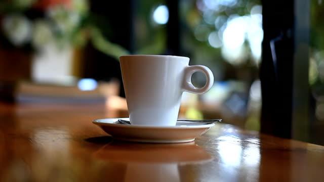 stockvideo's en b-roll-footage met koffiekopje in de coffeeshop. - haïti