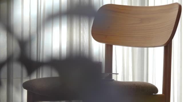 vidéos et rushes de cuvette de café dans le salon - simplicité