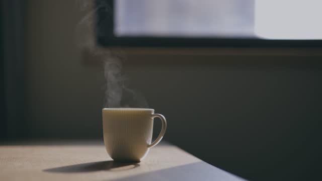 テーブルの上のコーヒーカップ - 素材点の映像素材/bロール