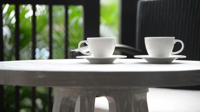 vidéos et rushes de tass'à café en plein air - en individuel