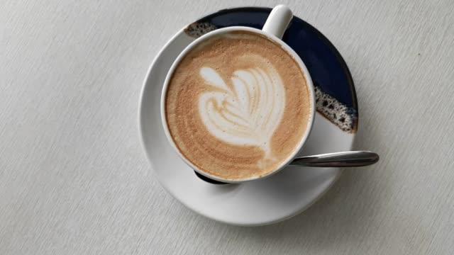 カフェラテ アート心とコーヒー カップ - カプチーノ点の映像素材/bロール