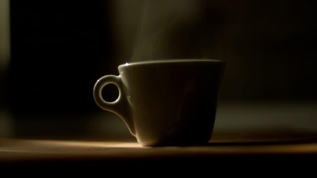 vídeos de stock, filmes e b-roll de xícara de café com vapor natural nele - xícara de café