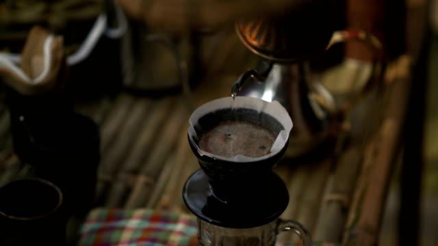 stockvideo's en b-roll-footage met koffie druppelen stijl: barista maakt hand brouwen koffie - langzaam