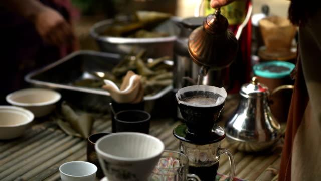 コーヒーのドリップ スタイル: バリスタは、コーヒーを醸造の手 - カフェ点の映像素材/bロール