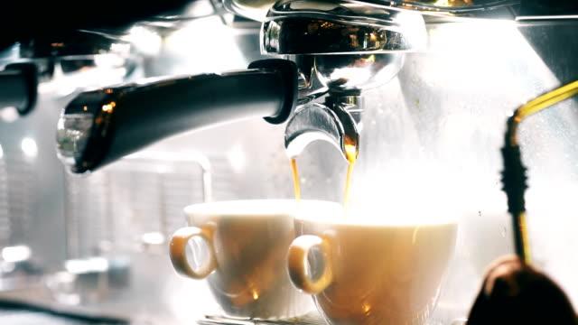 kaffe droppade från maskinen i kopp av en barista. - grind bildbanksvideor och videomaterial från bakom kulisserna