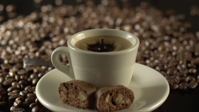 stockvideo's en b-roll-footage met coffee drop falling on espresso creating a crown in highspeed - suikerpot