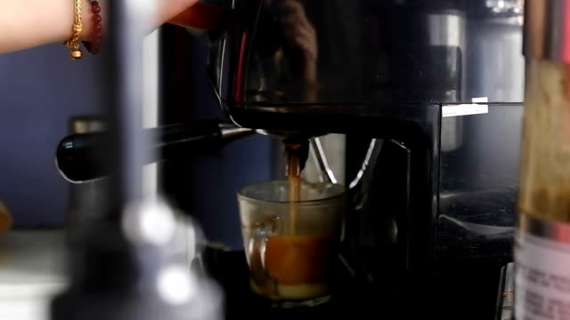 Koffie espresso voorbereiding, koffiezetapparaat gieten espresso Cup