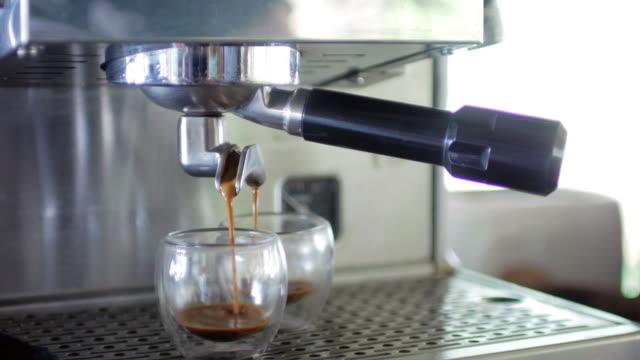 Kaffe Espresso skott att göra från kaffebryggare