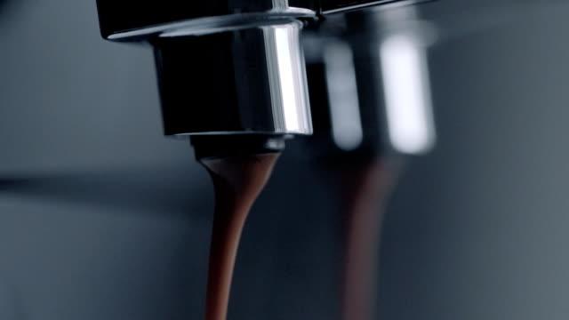 vídeos de stock e filmes b-roll de café expresso em câmara lenta - chávena