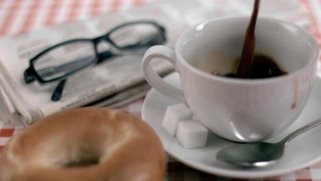 stockvideo's en b-roll-footage met coffee filling in super slow motion a cup - tafelkleed